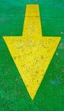 Grote gele pijl die neer met groene achtergrond richten Royalty-vrije Stock Foto's