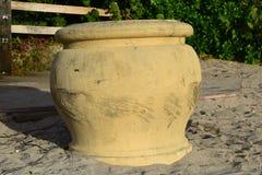 Grote gele pot op het strand Stock Foto's