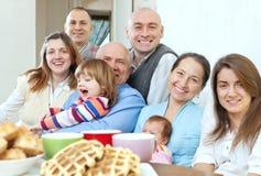 Grote gelukkige drie generatiesfamilie Royalty-vrije Stock Afbeelding