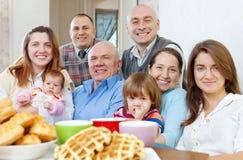 Grote gelukkige drie generatiesfamilie stock foto