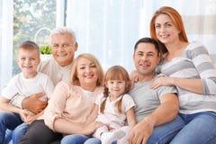 Grote gelukkige familie royalty-vrije stock afbeelding