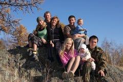 Grote gelukkige familie in de herfstpark Stock Foto's