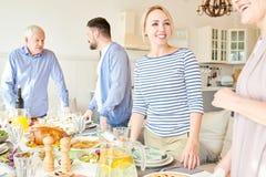 Grote Gelukkige Familie het Plaatsen Dinerlijst royalty-vrije stock afbeeldingen