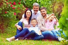 Grote gelukkige familie samen in de zomertuin Stock Afbeeldingen