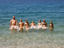 Grote, gelukkige familiessprong in overzees Royalty-vrije Stock Foto