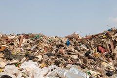 Grote gemengde vuilnisstortplaats en blauwe hemel stock foto's