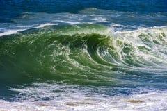 Grote, gevaarlijke golven tijdens tropisch onweer Stock Afbeelding