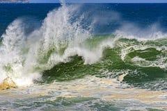 Grote, gevaarlijke golven tijdens tropisch onweer Royalty-vrije Stock Foto's