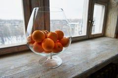 Grote glasvaas met sinaasappelen Stock Afbeeldingen