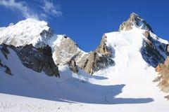 Grote gletsjer en een groep klimmers stock afbeelding