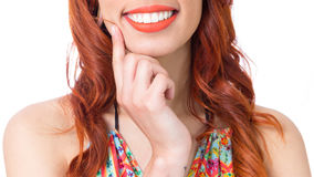 Grote glimlach van een mooie vrouw Het roodharigemeisje draagt kleurrijk en stock afbeelding