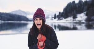 Grote glimlachende vrouw voor de cameraclose-up in een de winterdag, portret die recht aan de witte camera, kijken stock videobeelden