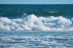 Grote golf in blauwe oceaan royalty-vrije stock foto's