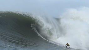 Grote Golf die bij Non-conformistenwedstrijd surfen stock videobeelden