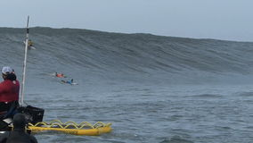 Grote Golf die bij Non-conformistenwedstrijd surfen stock video