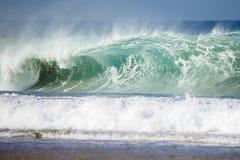Grote golf die onderbrekingen op de kust royalty-vrije stock foto's