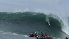 Grote Golf die Wipeout surfen bij Non-conformisten in Langzame Motie stock video