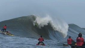 Grote Golf die Wipeout surfen bij Non-conformistenwedstrijd stock videobeelden