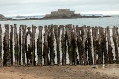 Grote golfbreker, 3000 boomstammen om de stad van de getijden, het strand ‰ van Strandde te verdedigen l 'Ã ventail in Saint Malo stock foto's
