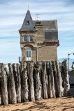 Grote golfbreker, 3000 boomstammen om de stad van de getijden, het strand van Strandde te verdedigen l Eventail in Saint Malo, stock foto