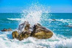 Grote golfneerstorting tegen de rotsen bij het strand Royalty-vrije Stock Foto