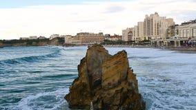 Grote golven in Biarritz, zuidwestelijk Frankrijk stock footage