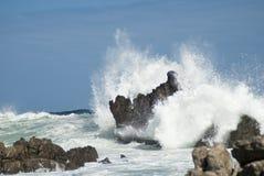 Grote golven die neer verpletteren Stock Foto