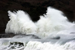 Grote golven die op golfbreker breken Royalty-vrije Stock Afbeeldingen