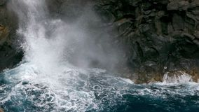 Grote golven die op klip van lavarotsen verpletteren stock footage