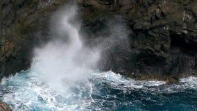 Grote golven die op klip van lavarotsen verpletteren Langzame Motie stock videobeelden