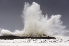 Grote golven die op Plentzia golfbreker breken Stock Foto's