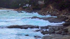Grote golven in een winderige, bewolkte dag in Costa Brava, dorp Sant Antoni de Calonge, in 4K, Spanje stock footage
