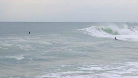 Grote golven in een winderige, bewolkte dag in Costa Brava, Spanje, dorp Sant Antoni de Calonge, met surfers stock video