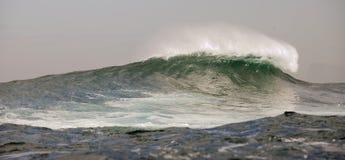 Grote golven op bewolkte dag. Stock Foto