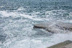 Grote golven op rotsachtige kust en blauwe overzees Stock Afbeeldingen