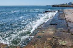 Grote golven op rotsachtige kust en blauwe overzees royalty-vrije stock afbeelding