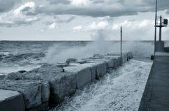 Grote golven over de pijler royalty-vrije stock foto