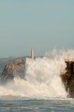 Grote golven tegen de rotsen De vuurtoren van Santander, Cantabrië, Spanje Stock Foto