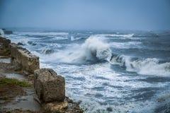 Grote golven tijdens een hevig onweer op de Zwarte Zee stock foto's
