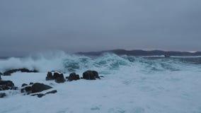 Grote Golvenneerstorting tegen kust West-Noorwegen stock footage