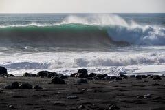 Grote golvenonderbreking op het strand stock afbeeldingen