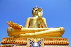 Grote gouden Boedha met blauwe hemelachtergrond Stock Afbeeldingen