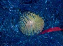 Grote gouden Kerstmisbal, stuk speelgoed in blauw klatergoud De dag van het nieuwe jaar Kerstmis Royalty-vrije Stock Foto's