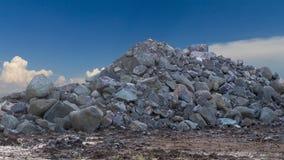 Grote granietstapels met hemelwolken Stock Fotografie