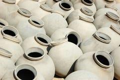Grote grijze ceramische die kruiken door Bishnou mensen, India, Rajasthan worden geproduceerd Stock Afbeelding