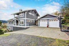 Grote grijze moderne huis en garage Stock Afbeeldingen