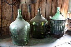 Grote groene glasflessen Stock Foto