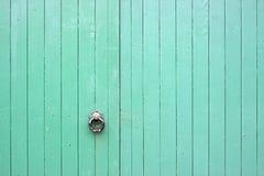 Grote Groene Houten Poorten met Handvat Stock Foto's