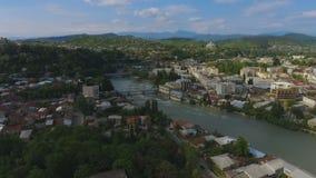 Grote groene Kutaisi-stad in de luchtmening van Georgië, Rioni-rivier en bergen stock videobeelden