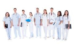 Grote groep artsen en verpleegsters in eenvormig stock foto's